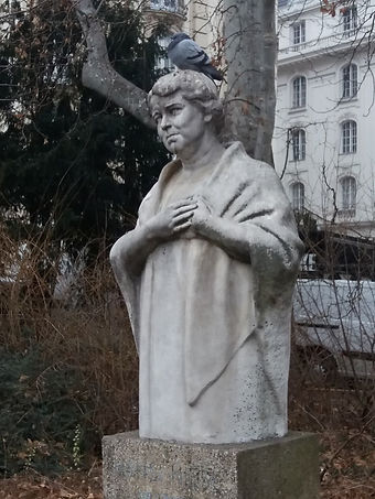 Скульптура и голубь