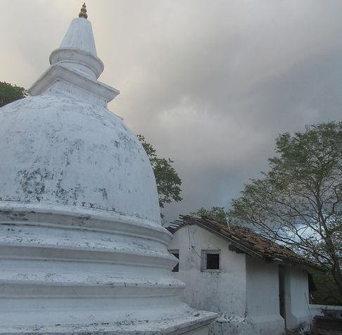 Буддийская ступа на вершине горы
