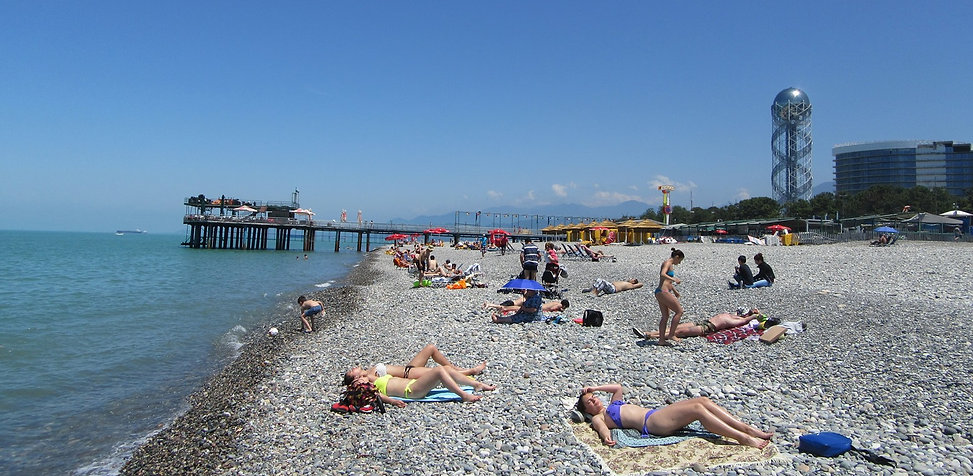 Люди загорают на пляже в Батуми