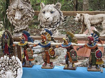 Скульптуры индейцев в Чичен-Ице