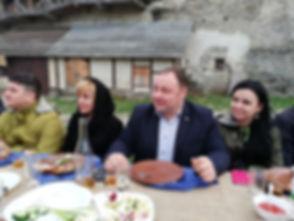 Радушные хозяева слушаю тост от гостей