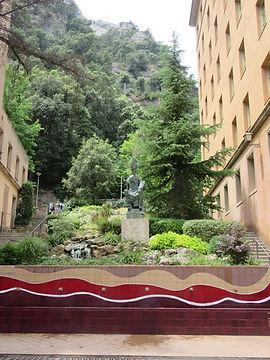 Статуя основателя монастыря