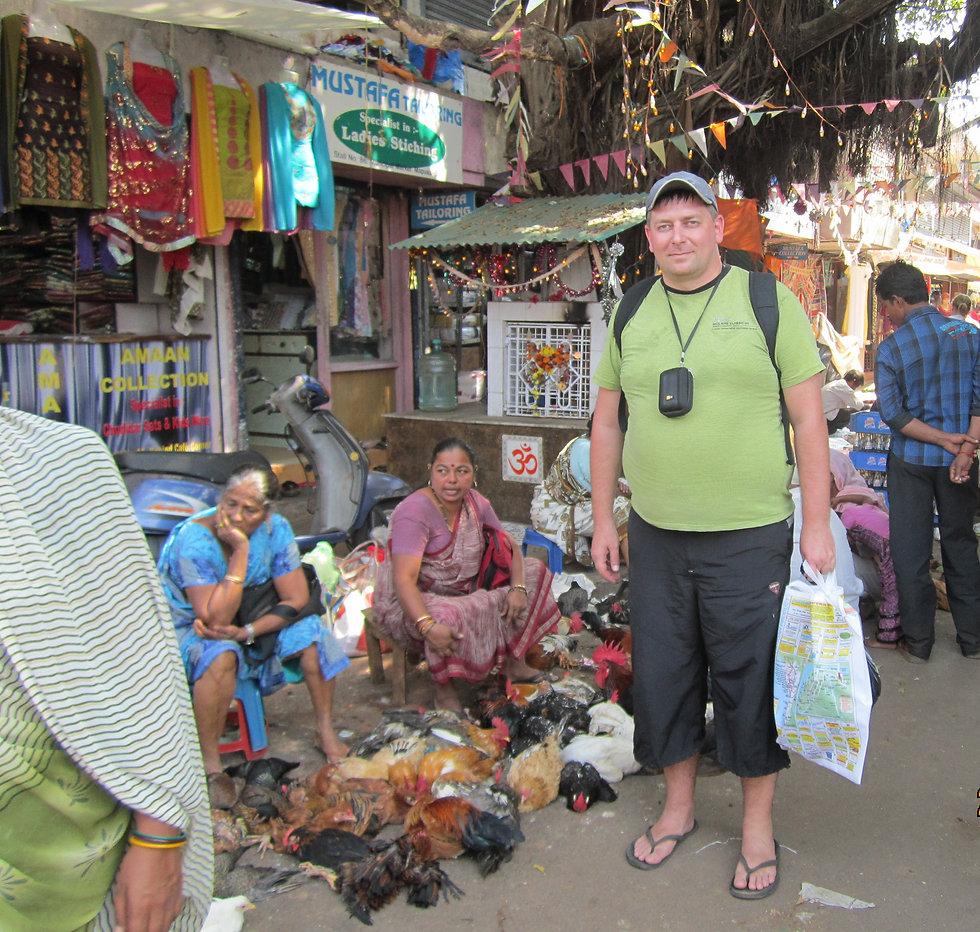 Куры на раскаленном асфальте рынка в Мапусе