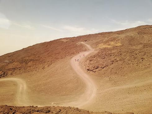 Люди пешком поднимаются на вулкан