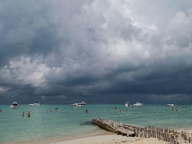К острову приближается шторм