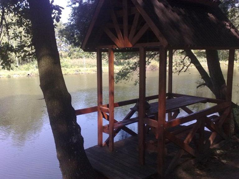 Беседка возле озера