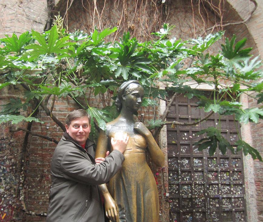 Памятник Джульетте во дворе