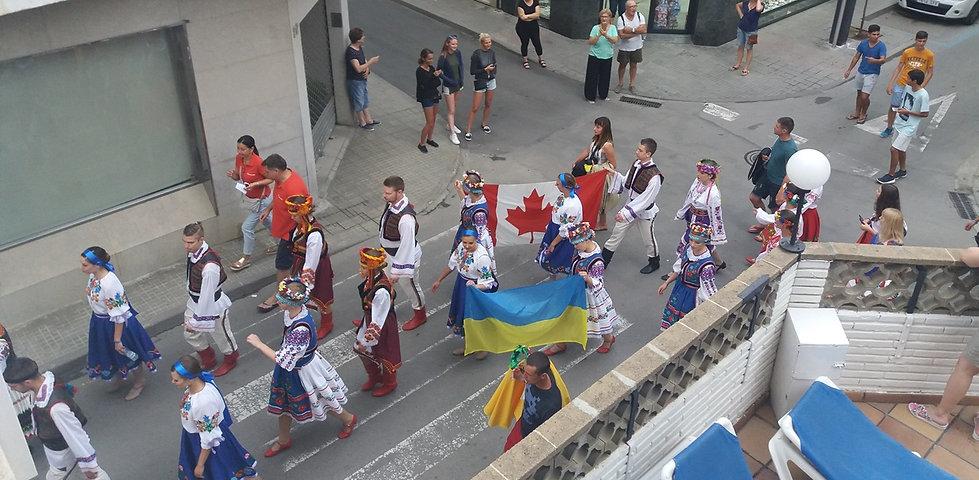 Украинцы и канадцы маршируют по улица Калельи