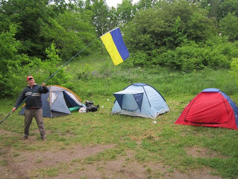Флаг поднят над палаточным городком