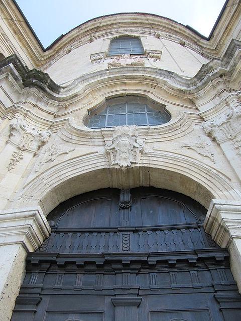 Возле ворот аббатства