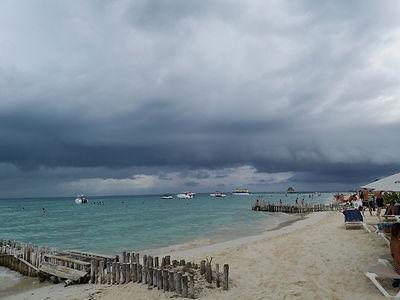 Облака и дождь над пляжем