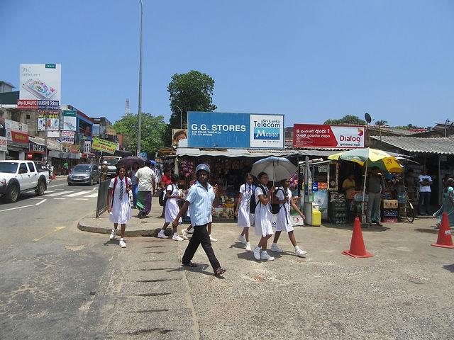 Школьницы на улицах Тангалле