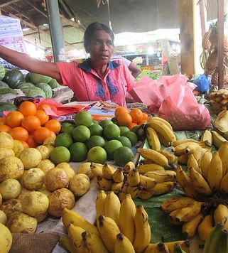 Продавщица фруктов на рынке Тангалле