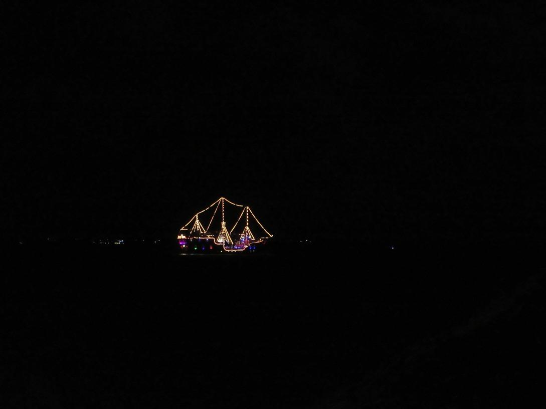 Ночной прогулочный парусник