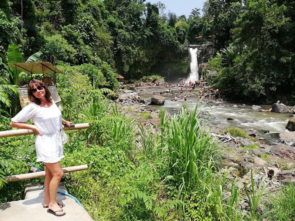 Фото на фоне водопада Тегенунган