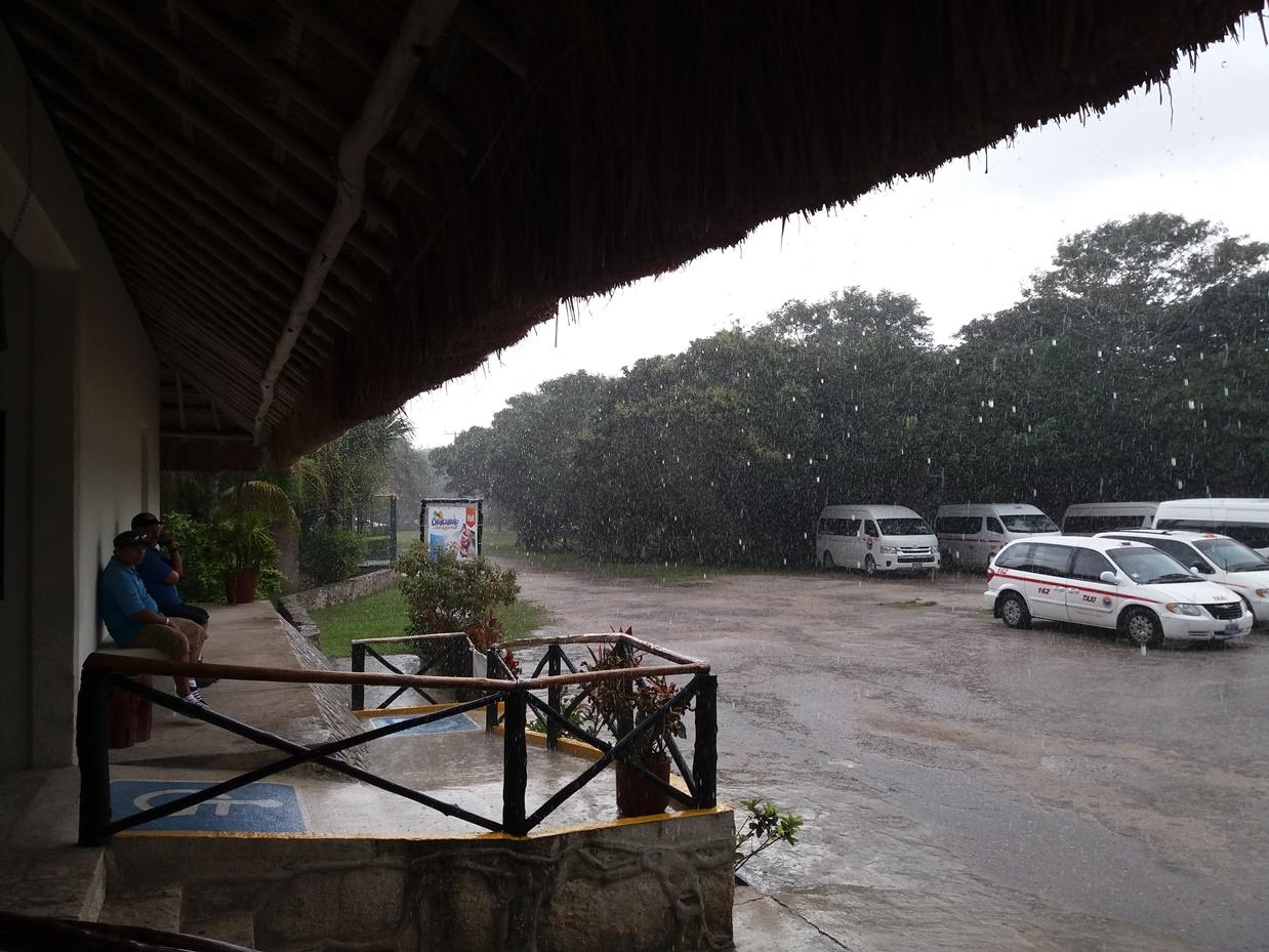 Попали под тропический ливень
