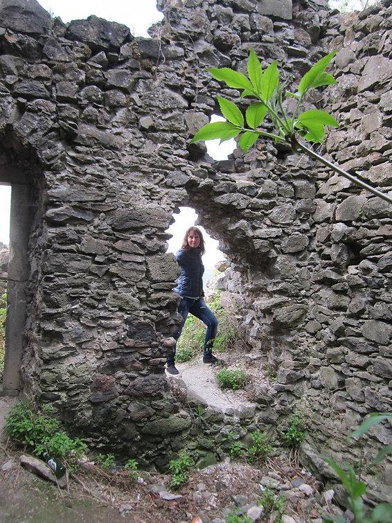 Провалившаяся часть стены замка