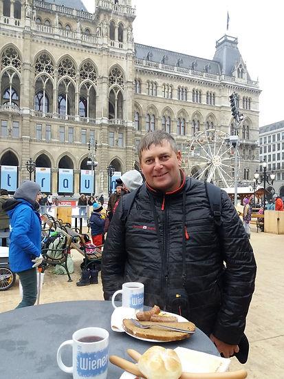 Венские сосиски возле венской ратуши