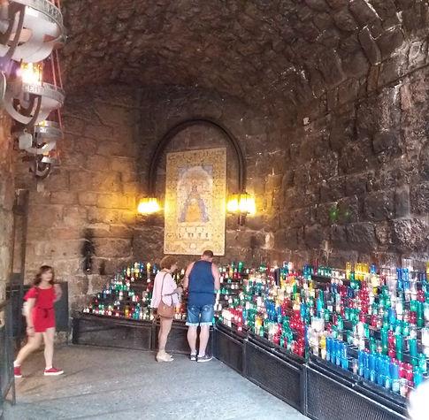 Люди ставят свечи в монастыре