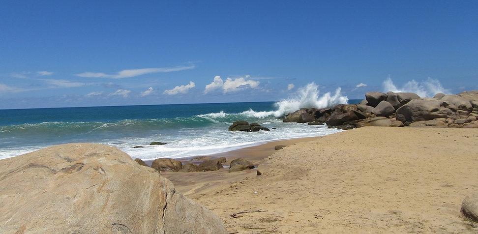 Волны бьют о скалы пляжа Киринда
