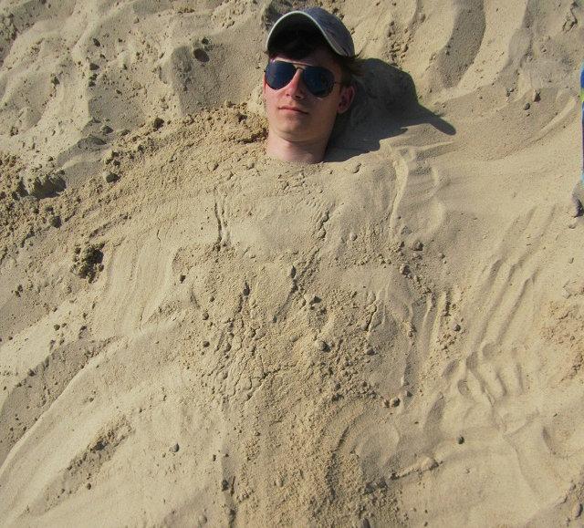 Макс закопан в песок