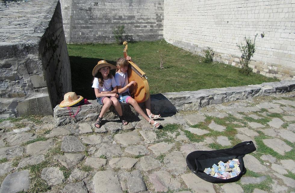 Юные музыкантки, играющие на бандуре