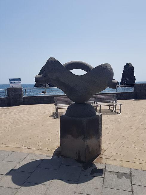 Памятник на смотровой площадке в Ачи Трецца