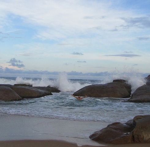 Скалы защищают от волн
