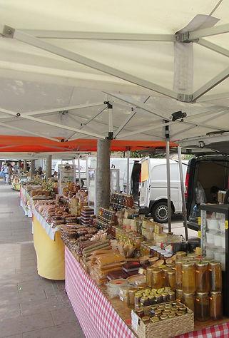 Продажа сыров и меда возле монастыря