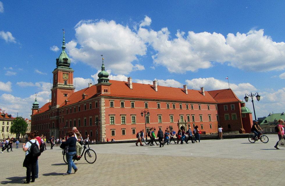 Велосипедисты в старом городе