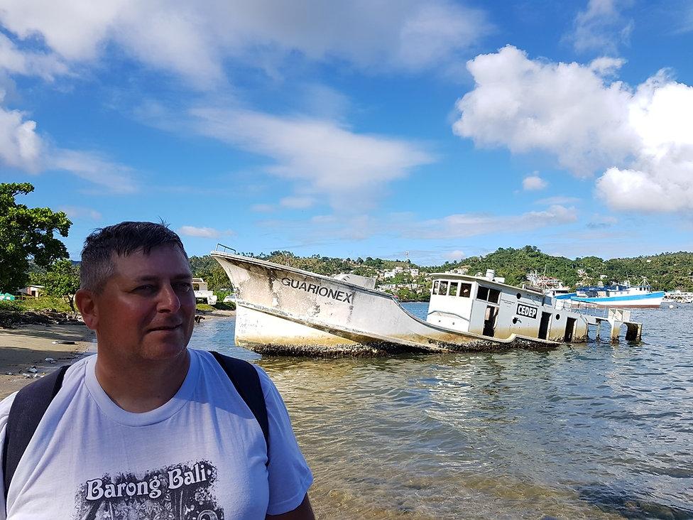 Фото на фоне затопленного корабля