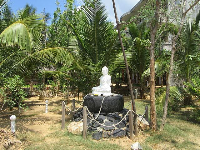 Будда, сидящий на колесе