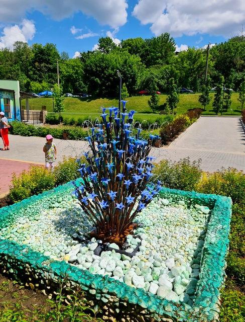 Цветы-фонтан из стекла