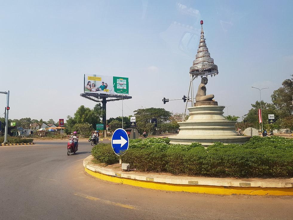 Статуя Будды около дороги
