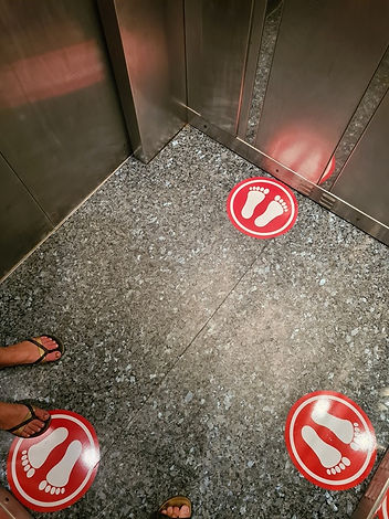 Метки социальной дистанции в лифте