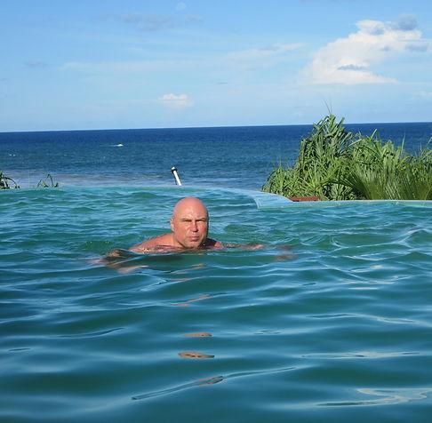 Бассейн сливается с океаном