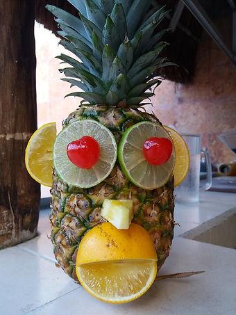 Скульптура из ананаса