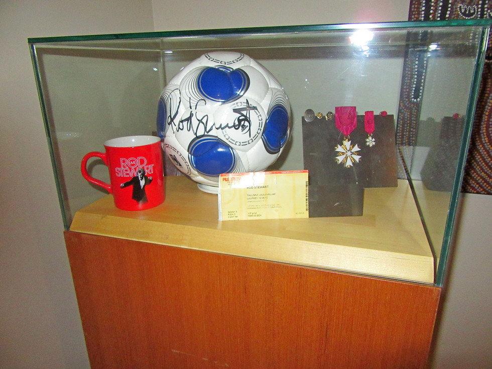 Мяч с автографом Рода Стюарта