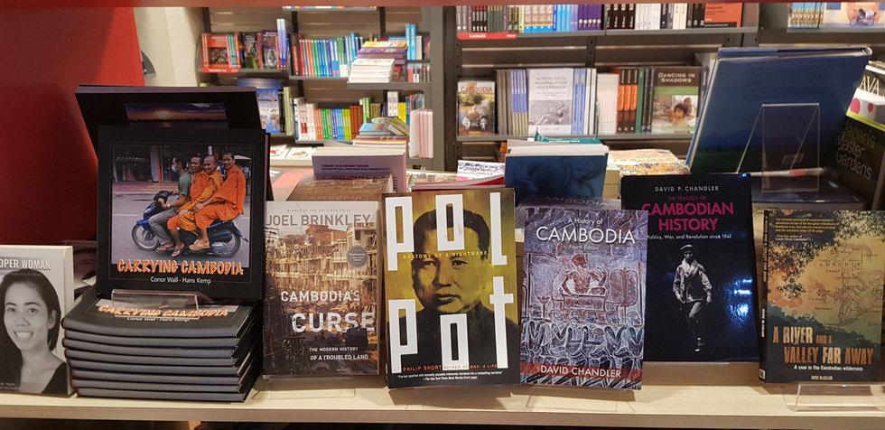 Книги про Кампучию в аэропорту