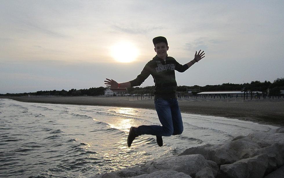 Радость на вечернем пляже в Каваллино-Трепорти