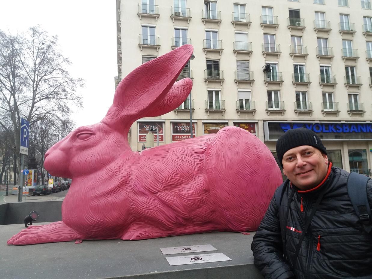 Два зайца возле Венской оперы