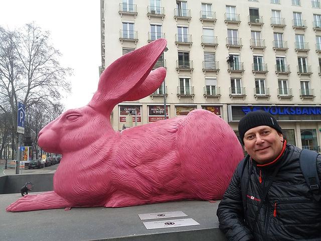 Розовый заяц возле Венской оперы
