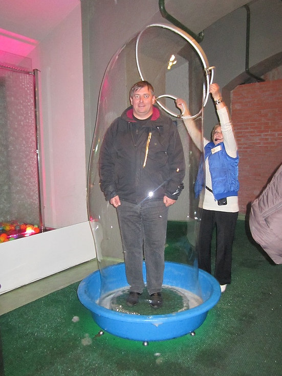 Человек внутри мыльного пузыря