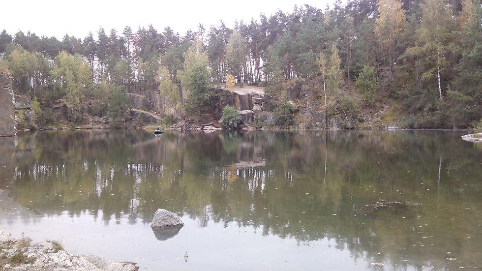 Вид на скалы каньона со стороны озера