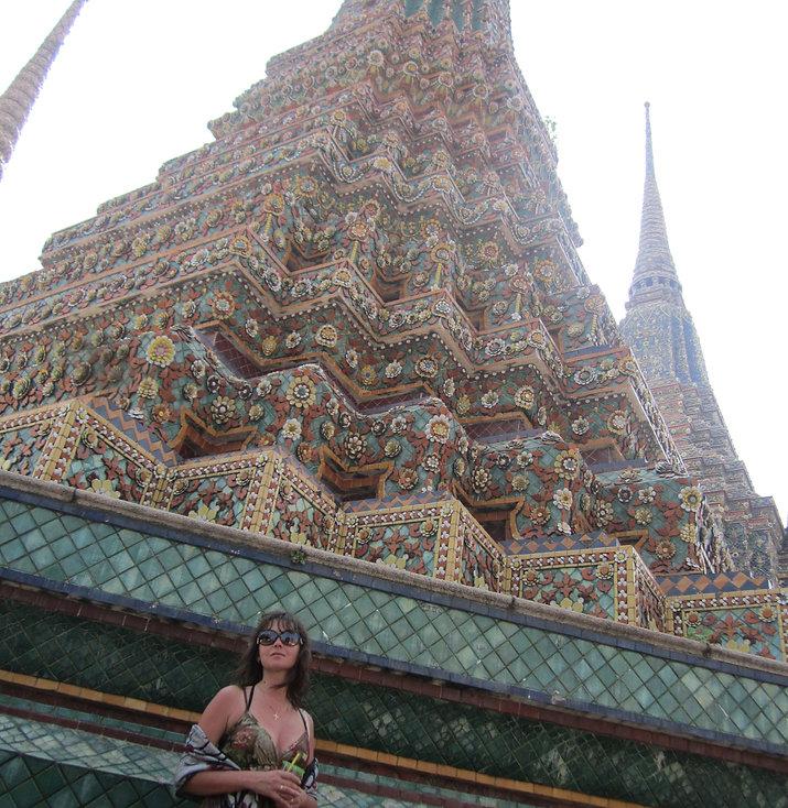 Буддийские ступы во дворе храма Ват Пхо