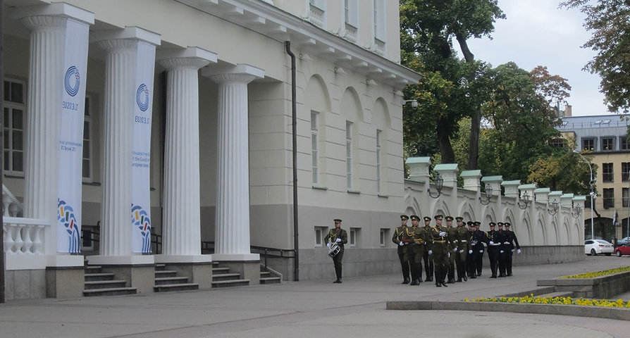 Из-за угла выходят солдаты