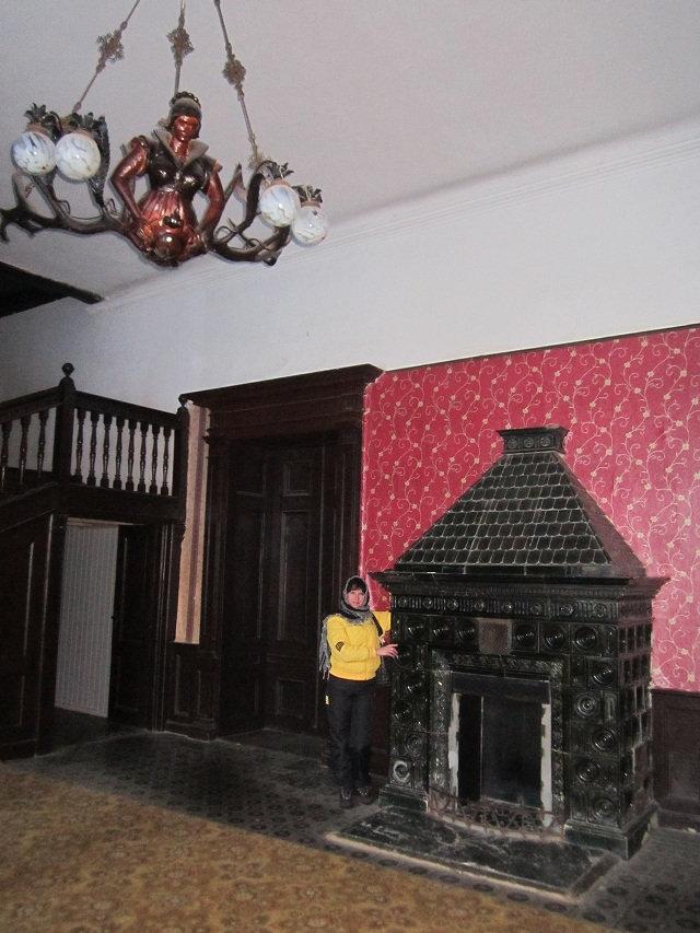Люстра и камин в замке