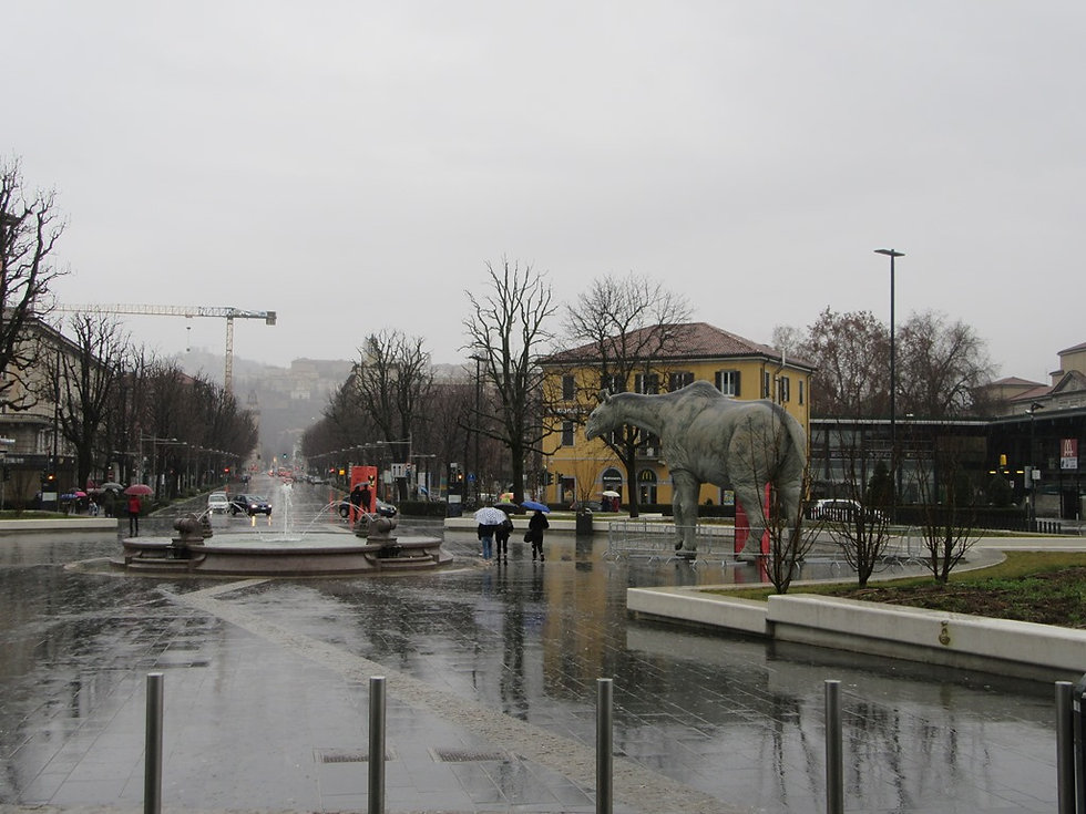 Динозавр возле вокзала Бергамо