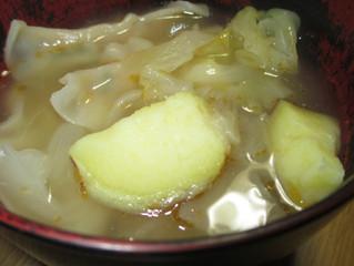 {さつまいもの会津地鶏スープ}もっちり餃子であたたか。