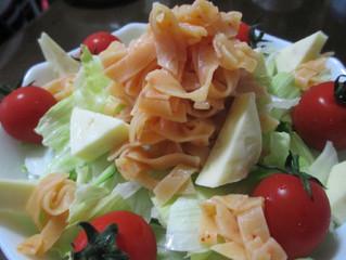 {華が咲いた} 紅のもっちり餃子の皮でサラダ麺をご紹介します。